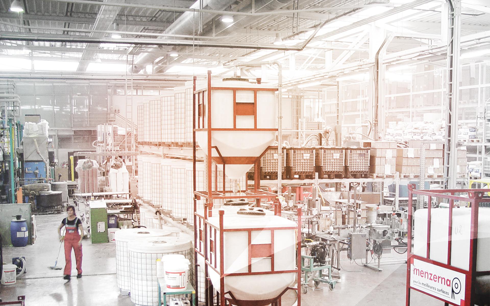 Lagerung von Poliermitteln in Containern mit Spitzboden.