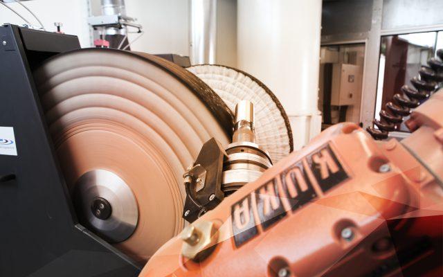 Optimale Stromaufnahme und Zug sind Grundvorraussetzung für stabile Polierprozesse.